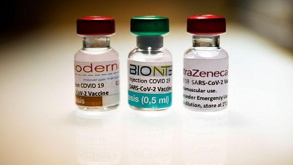 Ampullen mit Impfstoff der verschiedenen Hersteller Moderna, Biontech und Astrazeneca