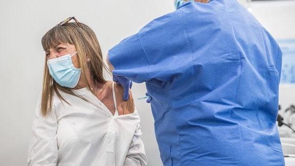 Eine Frau wird geimpft.
