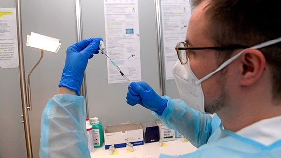 Eine fertige Injektionsspritze mit dem Wirkstoffkonzentrat von Johnson & Johnson wird von Medizin-Student Kai Hefele aufgezogen.