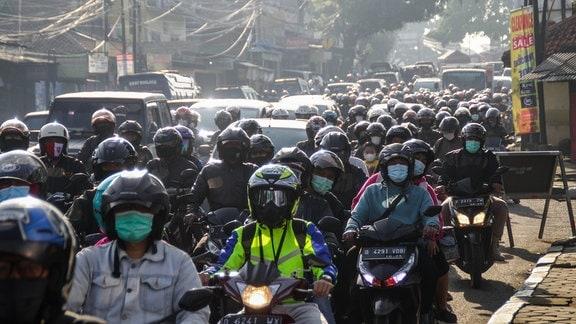 Mopedfahrer in Bandung, Indonesien