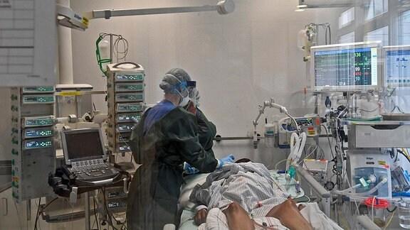 Blick in ein Stationszimmer mit Beatmungsgeraet fuer schwersterkrankte Covid-19 Patienten