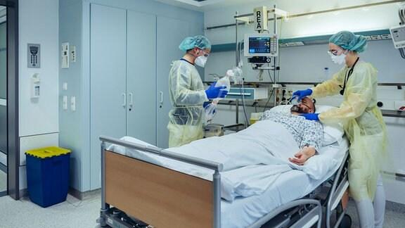 Ein Intensivstationsbett mit einem Patienten und Ärzten