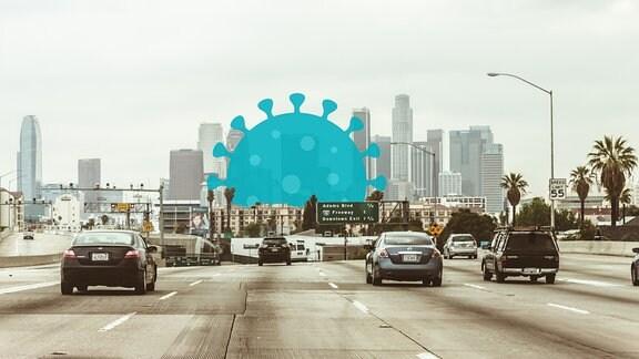 Autobahn in Los Angeles: Breite Straße mit Autos die Richtung Skyline mit Wolkenkratzern fahren, Perspektive aus Auto. In die Stadtsilhouette ist eine stilisierte Virusgrafik montiert.
