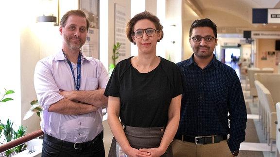 Zwei Männer und dazwischen eine Frau - kanadische Wissenschaftler haben das Coronavirus geklont