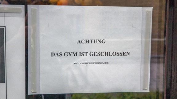 Hinweiszettel  an Eingangstür - Achtung - Das Gym ist geschlossen bis vorraussichtlich Dezember.