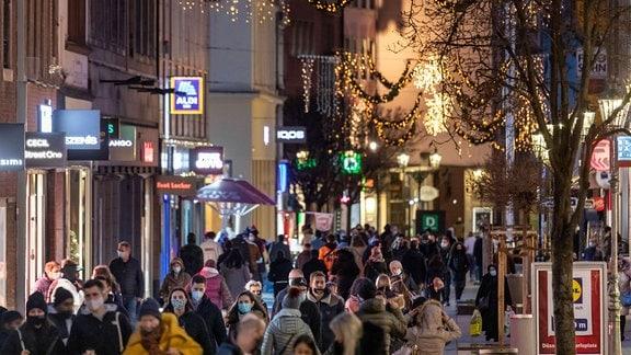 Menschen in Fußgängerzone.