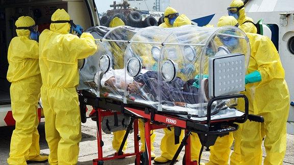 Am 10. März 2020 führten indonesische Ärzte am Ankunftsterminal des Hafens Makassar in Makassar City eine Simulation, des Umgangs mit durch den Coronavirus infizierten Patienten, durch.