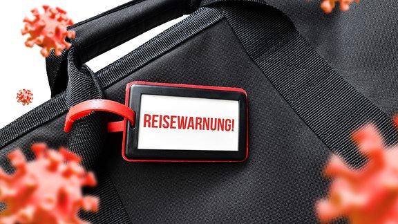 Reisetasche mit Adressanhänger und dem Schriftzug Reisewarnung und Coronaviren