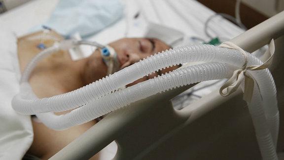 Ein Verletzter wird in einem Krankenhaus behandelt.