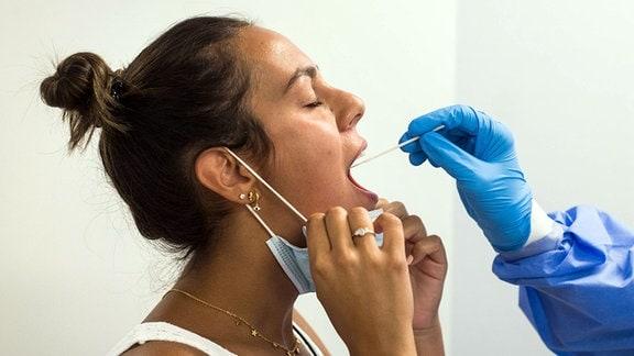 Eine Frau bei einem Corona-Test