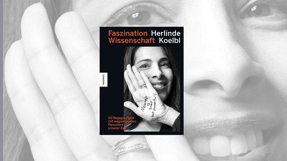 """Cover Faszination Wissenschaft. Das Porträt einer lächelnden Frau mit dunklen, langen Haaren, die ihre linke Hand vor ihre rechte Wange hält. Auf deren Innenseite der Satz """"Nanotech is small but powerful!"""""""