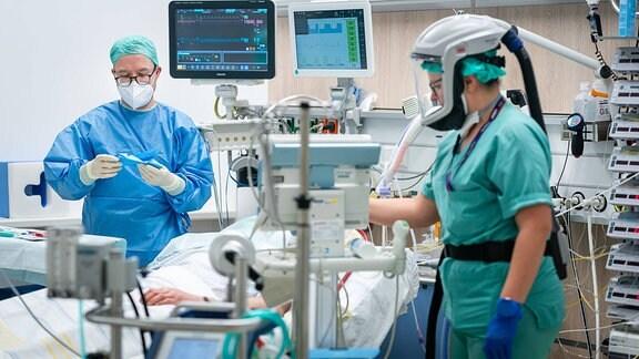 Ärzte und Intensivpfleger auf einer Covid-Intensivstation