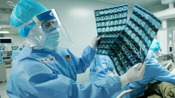 Ein Arzt schaut sich CT-Aufnahmen an