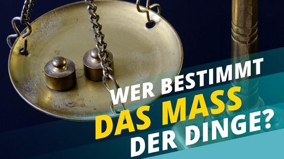 """Historische Metallwaage mit zwei Gewichten. Schriftzug: """"Wer bestimmt das Mass der Dinge?"""""""