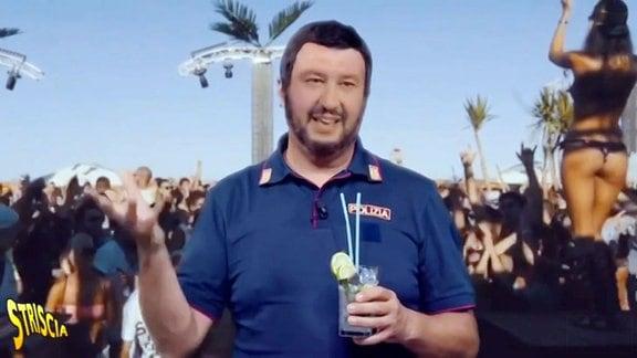 Ein Mann mit einem Getränk in der Hand steht vor einer Palme.