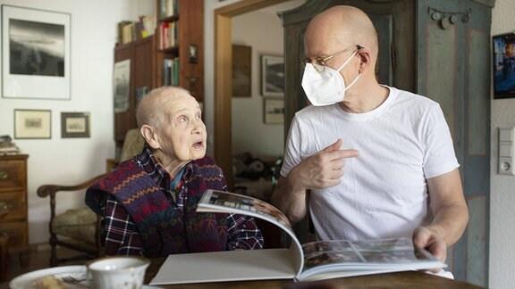 Altenpfleger bei der Arbeit mit Patient in häuslichen Umfeld