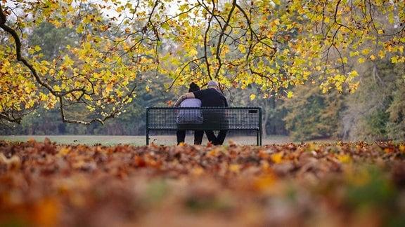 Paar auf Parkbank im Herbst