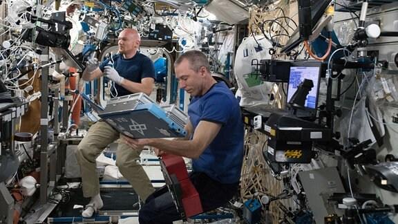 Der ESA-Astronaut Alexander Gerst arbeitet mit dem NASA-Besatzungsmitglied und Kommandeur der Internationalen Raumstation an einem Experiment des DLR, bei dem mithilfe eines innovativen 3D-Fluoreszenzmikroskops Zellveränderungen in Echtzeit beobachtet werden. Dieses Experiment bietet einen völlig neuen Einblick in menschliches Gewebe, Zellkulturen, Mikroorganismen und Pflanzen im Weltraum.