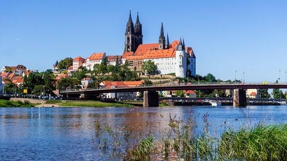 Blick auf die Altstadt von Meißen mit der Albrechtsburg im Hintergrund und der Elbe im Vordergrund.