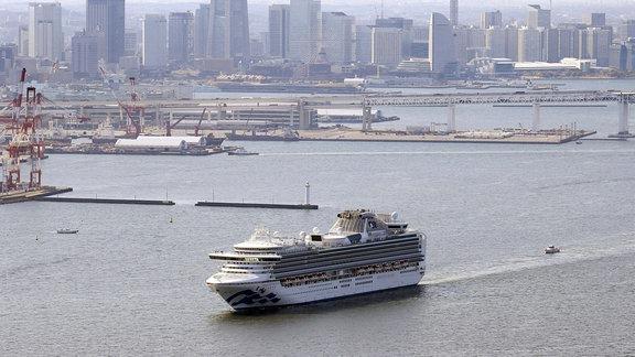 Kreuzfahrtschiff Diamond Princess verlässt den Hafen von Yokohama