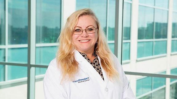 Frau im weißen Arztkittel