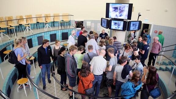 Besucher stehen in einem kreisrunden Hörsaal der Mediziner an der TU Dresden.