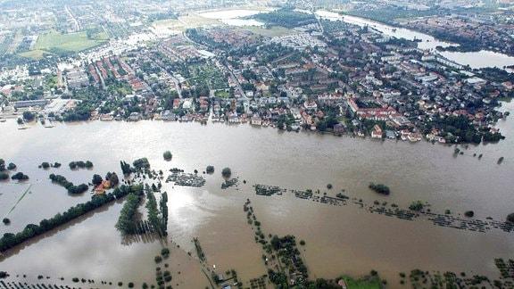 Dresdner Stadtteil Laubegast an der Elbe steht während der Jahrhundertflut unter Wasser.