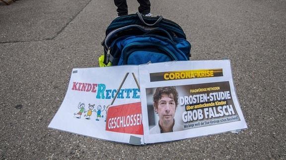 Plakat mit Schlagzeile 'Drosten-Studie grob falsch'