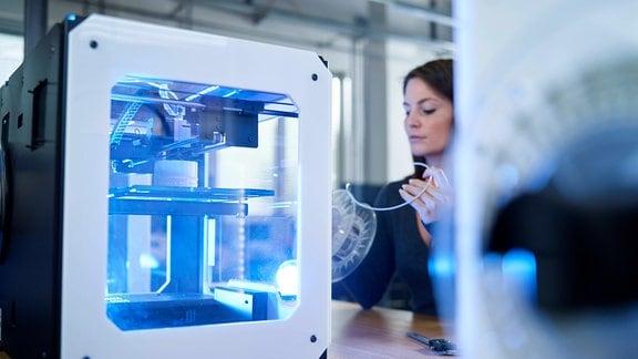 Frau und 3D-Drucker