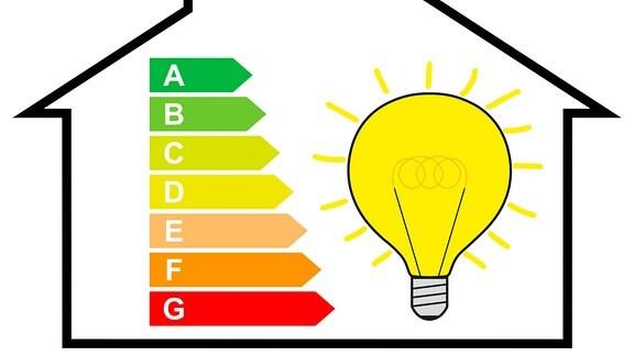 Haus mit Energielabel und Glühbirne