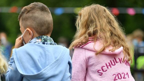 Eine Junge und ein Mädchen von hinten