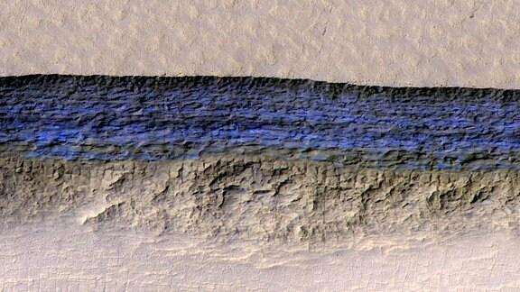 Freigelegte Eisader an einer Abbruchkante auf dem Mars.
