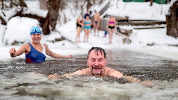 Menschen beim Eisschwimmen