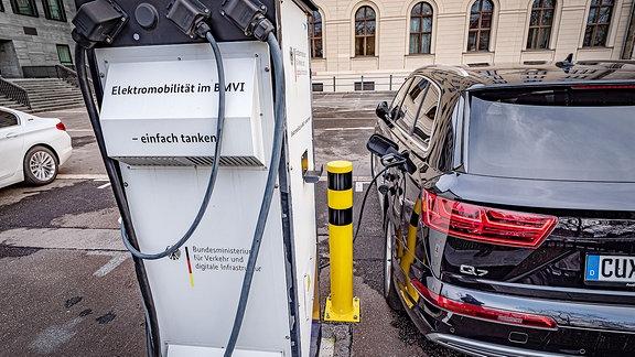 Elektroauto tankt Strom an Ladesäule am Bundesministerium für Verkehr Verkehrsministerium Berlin