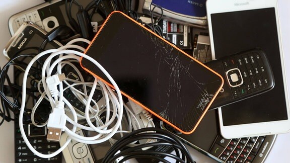 Alte Handys und Smartphones, Akkus und Kabel