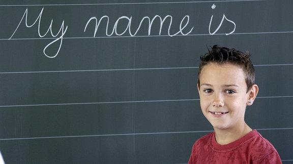 Kleiner Junge vor dem Schriftzug - My name is