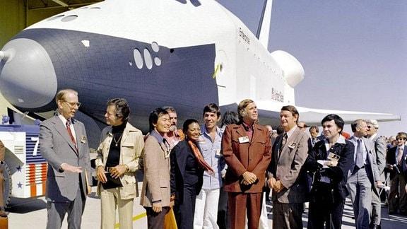 Menschen vor Raumfähre
