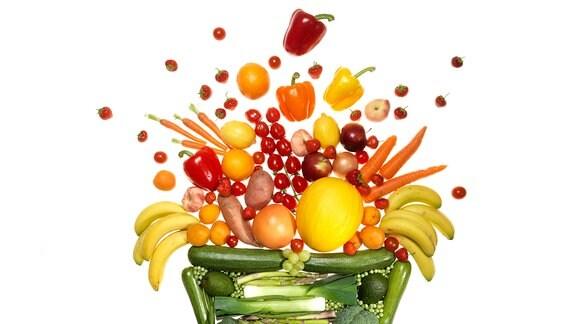 verschiedenes Obst und Gemüse künstlerisch angeordnet zu einer Obstschale.