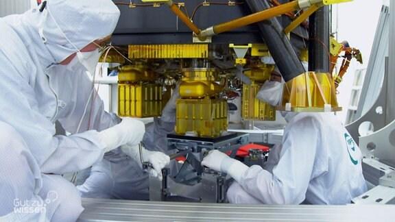 Wissenschaftler arbeiten am Röntgenteleskop eROSITA.