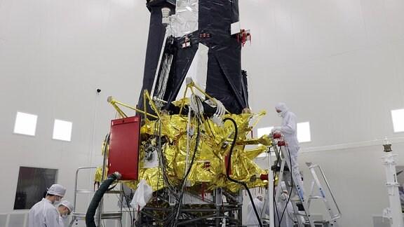 Techniker verpacken das Röntgenteleskop eRosita für den Start in den Weltraum.
