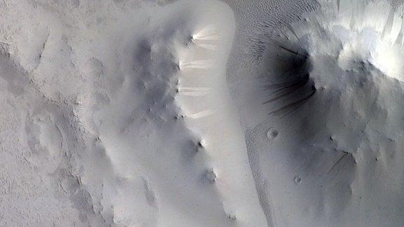 Berghänge in der Marsregion Locras Vallis haben dunkle und helle Hänge.