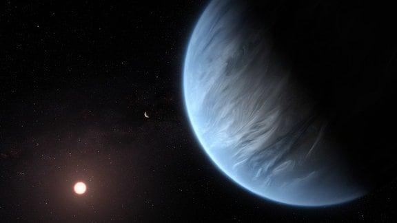 Eine Illustration eines blauen Planeten mit Schleierwolken in der Atmosphäre vor dunklem Hintergrund mit einem kleinen Mond und einem rötlich leuchtenden Stern.