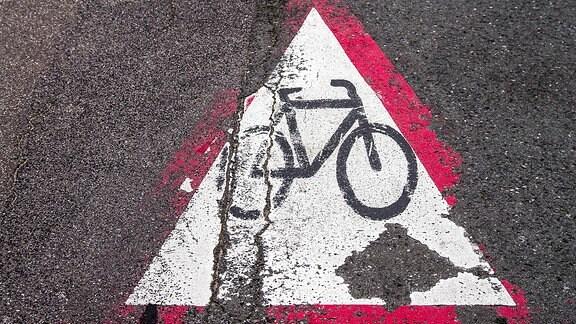 Radweg-Markierung auf dem Straßenbelag