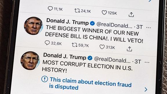 Twittermeldungen von Donald Trump sind auf einem Smartphone zu sehen.