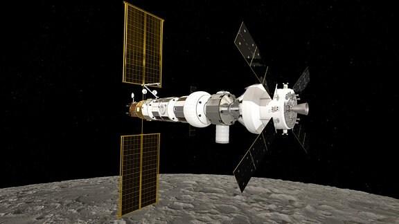 Diese künstlerische Darstellung zeigt die Gateway-Raumstation über dem Mond. Im Zuge des Artemis-Programms sollen Astronauten und Astronautinnen wieder zum Mond gebracht werden. Die Raumstation Gateway dient als Zwischenstation und soll den Mond umrunden. Sie wird kleiner als die Internationale Raumstation ISS sein und zusammen von den Raumfahrtbehörden NASA (USA) und ESA (Europa) geplant.