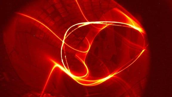 Leuchtspur eines Elektronenstrahl im Magnetfeld von Wendelstein 7-X.