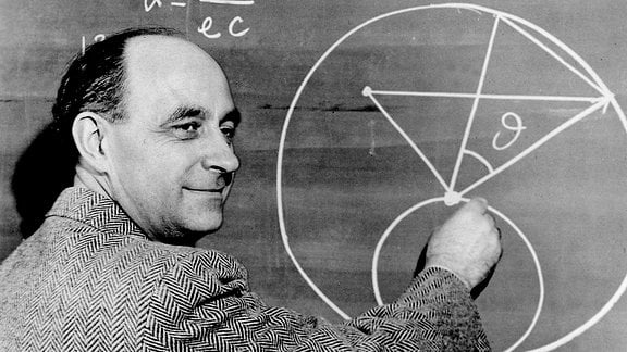Enrico Fermi vor Tafel