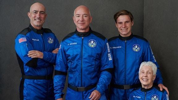 Mark Bezos (l-r), Bruder von Jeff Bezos, Milliardär Jeff Bezos, Gründer von Amazon und des Weltraumtourismus-Unternehmens Blue Origin, Oliver Daemen, aus den Niederlanden und Wally Funk, Luftfahrtpionier aus Texas