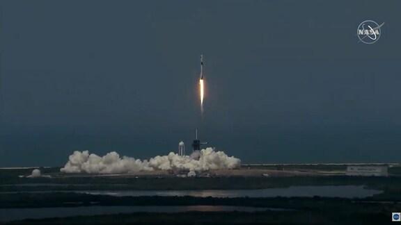 Eine Rakete startet