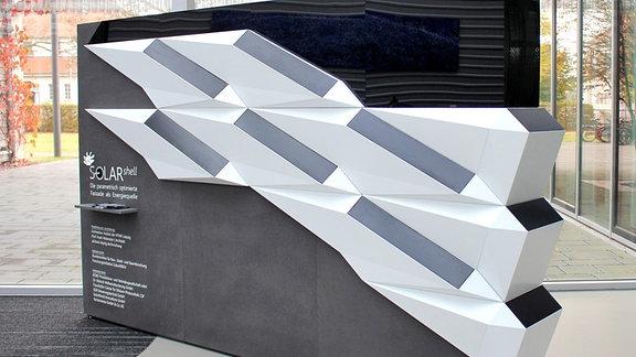 Neun Solarmodule auf einer  Wand
